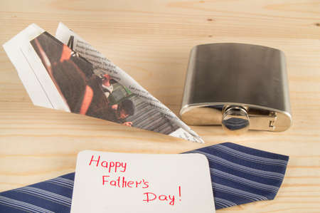 lazo regalo: Happy fathers day, gift, tie, flask paper plane. Wooden backgroundie