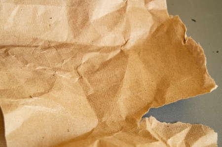 Recyclage du papier vintage froissé naturel beige sur fond gris.