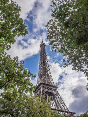 tour eiffel: vista della Tour Eiffel tra gli alberi a Parigi