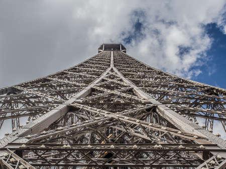 la tour eiffel: particolare della struttura che compone la Tour Eiffel a Parigi