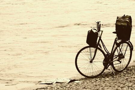 retro bicycle: Bicicleta de la vendimia en la playa