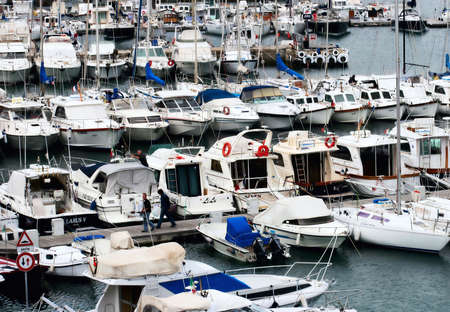 docked: Yates atracados en el puerto deportivo