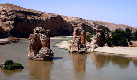 Ruines sur le fleuve de Tigre, village de Hasankeyf, Turquie. Il doit  évacué de devenir inondé en raison du projet de barrage dESPACE