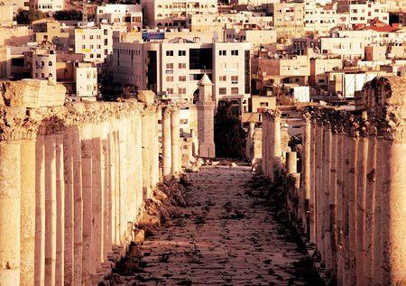 La lutte entre la civilisation ancienne et la nouvelle, la ville de Jérash, en Jordanie  Banque d'images