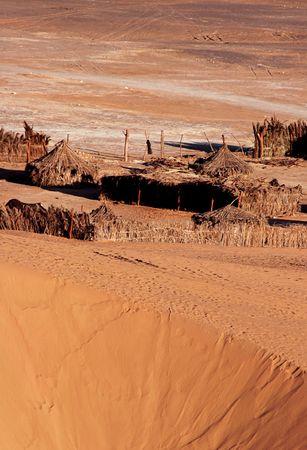 Petit village de tentes dans le désert du Sahara, en Libye