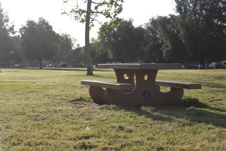Picknickbank in het park van Californië Stockfoto