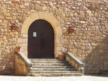 arcos de piedra: Entrada de castillo medieval con puerta de madera y pasos en un d�a brillante  Foto de archivo