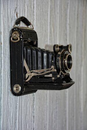 oude camera hangt af van oude houten muur Weier