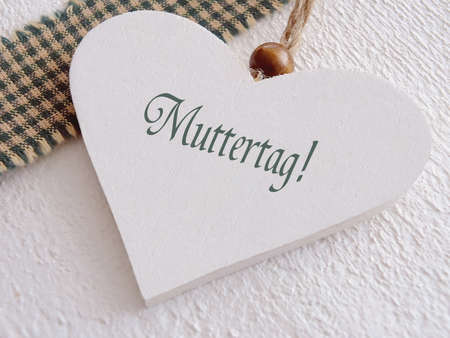 Wooden heart für Muttertag mit Deutsch-Text Standard-Bild