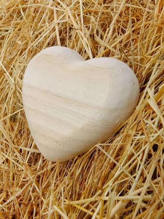 Bild von einem Herz aus Holz mit Stroh Standard-Bild