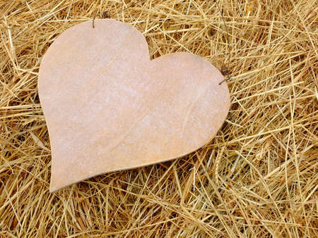 Image of a wooden heart with straw Standard-Bild