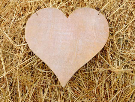 Bild von einem Herz aus Holz mit Stroh Lizenzfreie Bilder