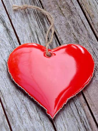 Rotes Herz auf Holzuntergrund