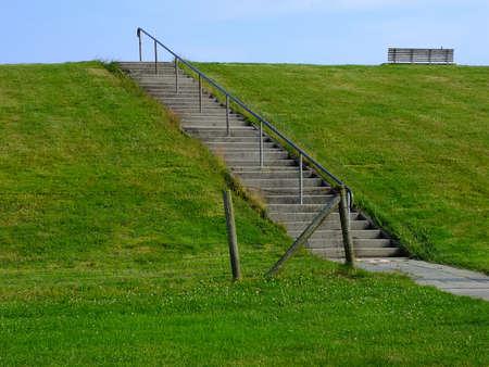 Treppen auf einem Deich entlang der Nordseeküste