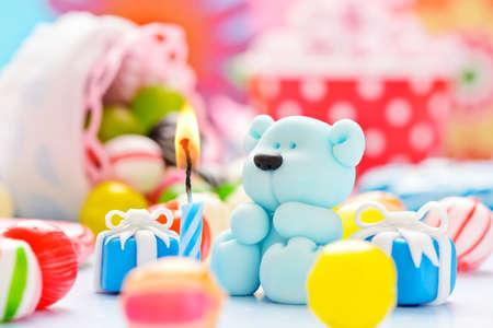 invitacion baby shower: pequeño peluche de azúcar con una vela y caramelos
