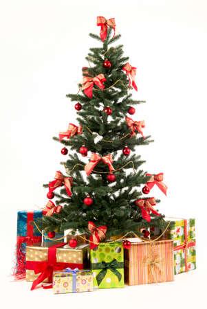 weihnachten: geschmückter Weihnachtsbaum vor weissem Hintergrund