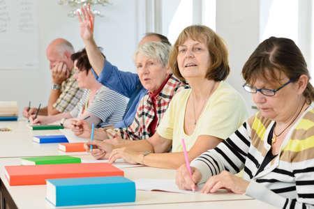 erwachsene: Senioren in einem Klassenzimmer, Weiterbildung