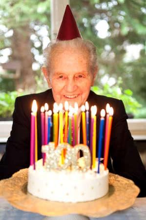 grandfather: hombre de edad celebrando su cumpleaños número 100 Foto de archivo