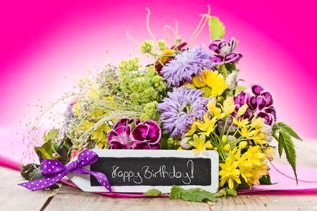 """flores de cumpleaños: un ramo de flores con una etiqueta que decía: """"Feliz cumpleaños"""" Foto de archivo"""