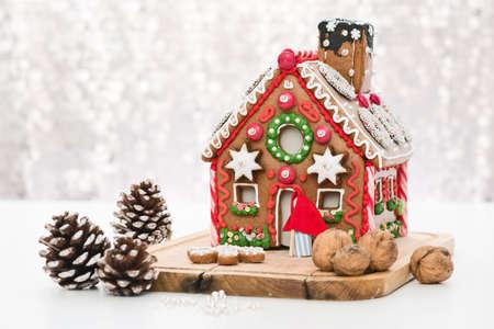casita de dulces: casa de jengibre hecha en casa con la decoraci�n Foto de archivo