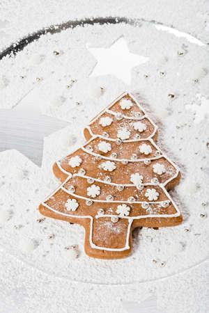 galletas de navidad: hecho en casa de pan de jengibre árbol de Navidad con la decoración