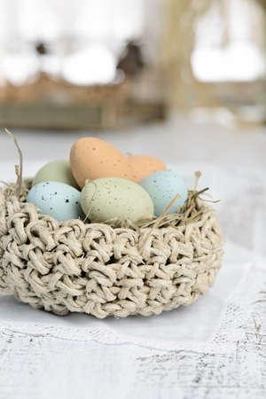 nido de pajaros: nido de p�jaro con los huevos de Pascua Foto de archivo