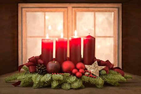 corona de adviento: Corona de Adviento con velas rojas en frente de una ventana