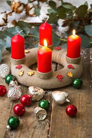corona de adviento: Corona de Adviento con velas rojas