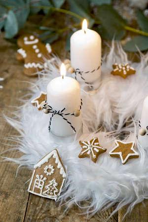 corona de adviento: blanca corona de adviento con la decoración, dos velas Foto de archivo