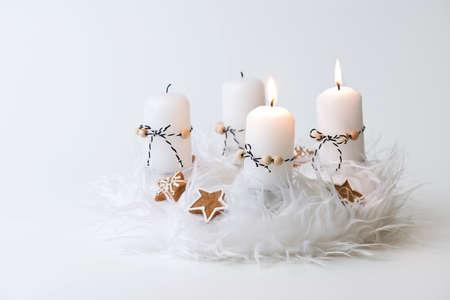 corona de adviento: blanca corona de adviento con la decoración, dos velas encendidas Foto de archivo