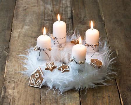 corona de adviento: blanca corona de adviento con la decoración, cuatro velas encendidas