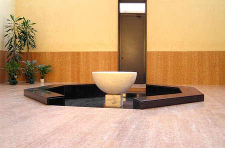 Moderna fonte battesimale in una chiesa cristiana