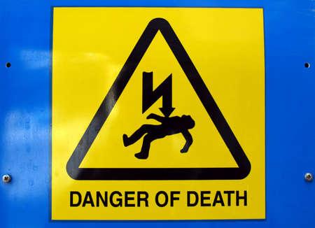 descarga electrica: De la se�al de peligro de muerte por electrocuci�n despu�s de una descarga el�ctrica