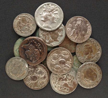 monete antiche: Antiche monete romane su uno sfondo nero