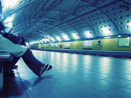 Personas esperando el tren en la estaci�n de metro Foto de archivo - 5109072