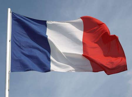 bandera francia: Bandera de Francia sobre un cielo azul  Foto de archivo