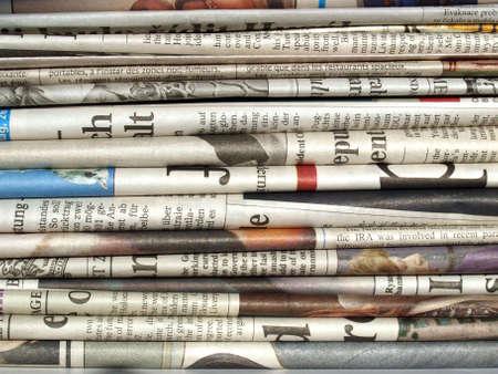 newspapers: Detail van een stapel van internationale kranten