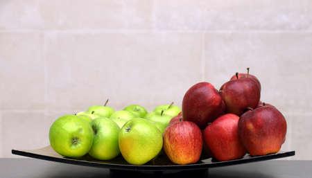 apfel: Roter und grüner Äpfel in eine Schüssel geben