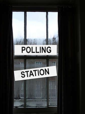 encuestando: Estaci�n de sondeo de colocar a los votantes a depositar la papeleta en las elecciones  Foto de archivo