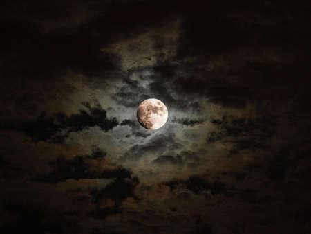 noche y luna: Dark sky barroca con la luna llena y nubes
