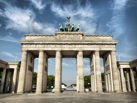 portones: Brandenburger Tor (puerta de Brandenburgo), hito famoso en Berl�n, Alemania - alto rango din�mico HDR