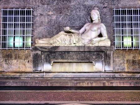 dora: Estatua de r�o Dora en Tur�n, Italia - alto rango din�mico HDR