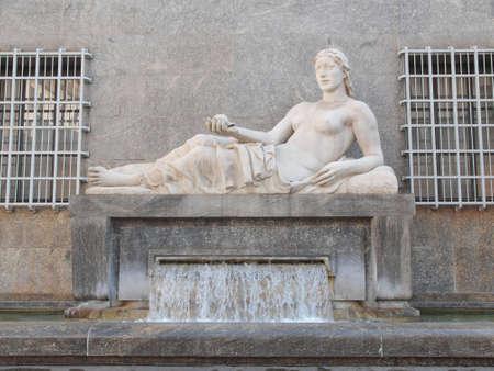 dora: Estatua del r�o Dora en Tur�n, Italia Foto de archivo