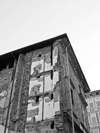 causaba: Ruinas de edificios causadas por los bombardeos durante la guerra ww2 en Tur�n, Italia Editorial