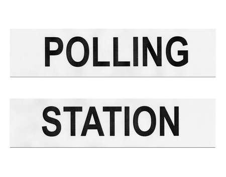 encuestando: Lugar de votaci�n la estaci�n para que los electores emitir su voto en las elecciones - aislado sobre fondo blanco