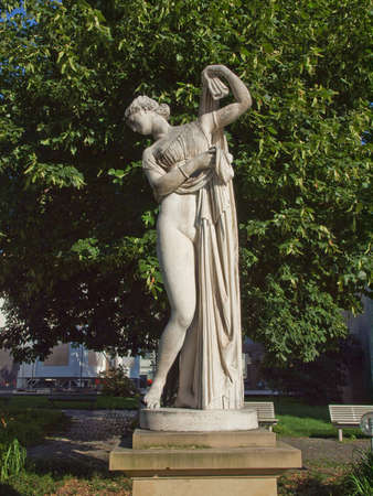 afrodite: Antica statua di Venere Afrodite nel parco Oberer Schlossgarten a Stoccarda, Germania Archivio Fotografico