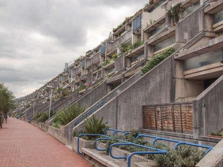 Londen, Engeland, Verenigd Koninkrijk - 20 juni 2011: De Alexandra Road landgoed in 1968 ontworpen door Neave Brown geldt het rijtjeshuis model om high-density volkshuisvesting is een meesterwerk van nieuwe Brutalisme