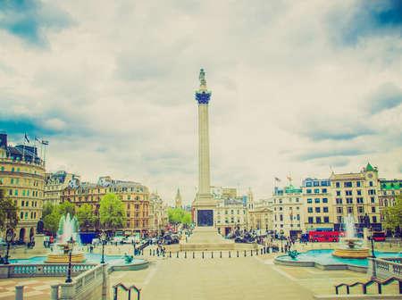 looking at view: Vintage cercando Veduta di Trafalgar Square a Londra dal portico National Gallery, con irriconoscibili folla