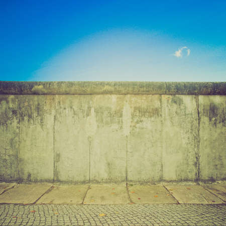 Vintage guardando Il Muro di Berlino (Berliner Mauer) in Germania Archivio Fotografico - 27040595
