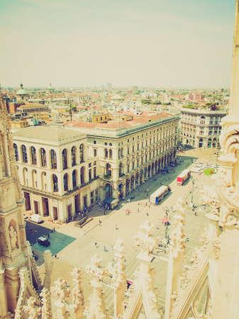 looking at view: Vintage guardando Veduta della citt� di Milano Milano in Italia Editoriali
